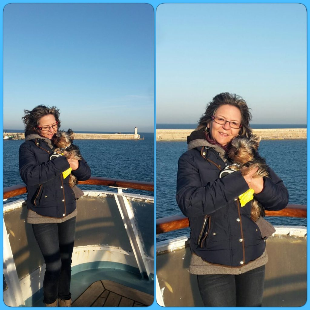 Oscar sur le ferry dans les bras rassurant De sa mamie